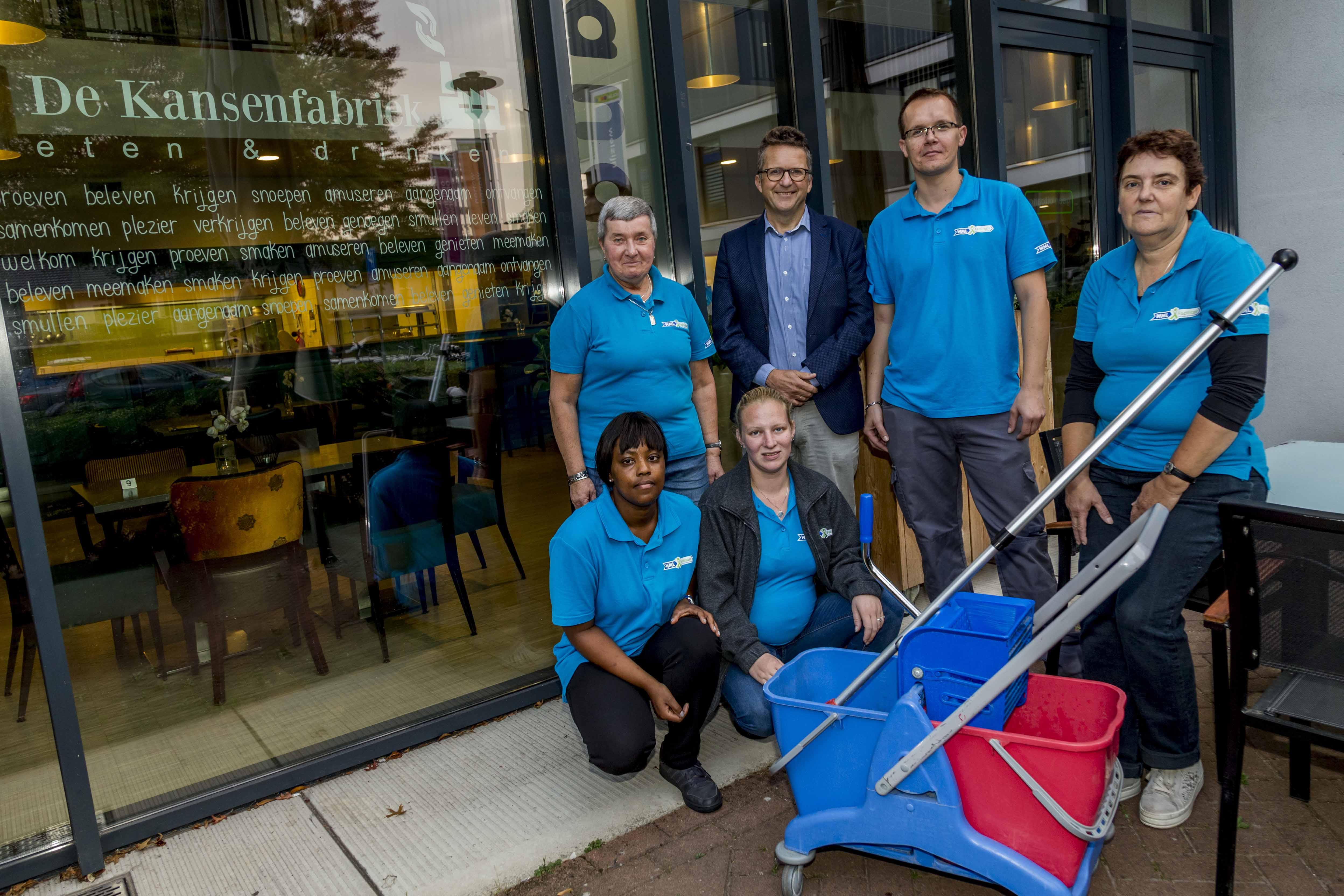 Jan van Kessel en de schoonmaaktoppers van WML Facilitair.