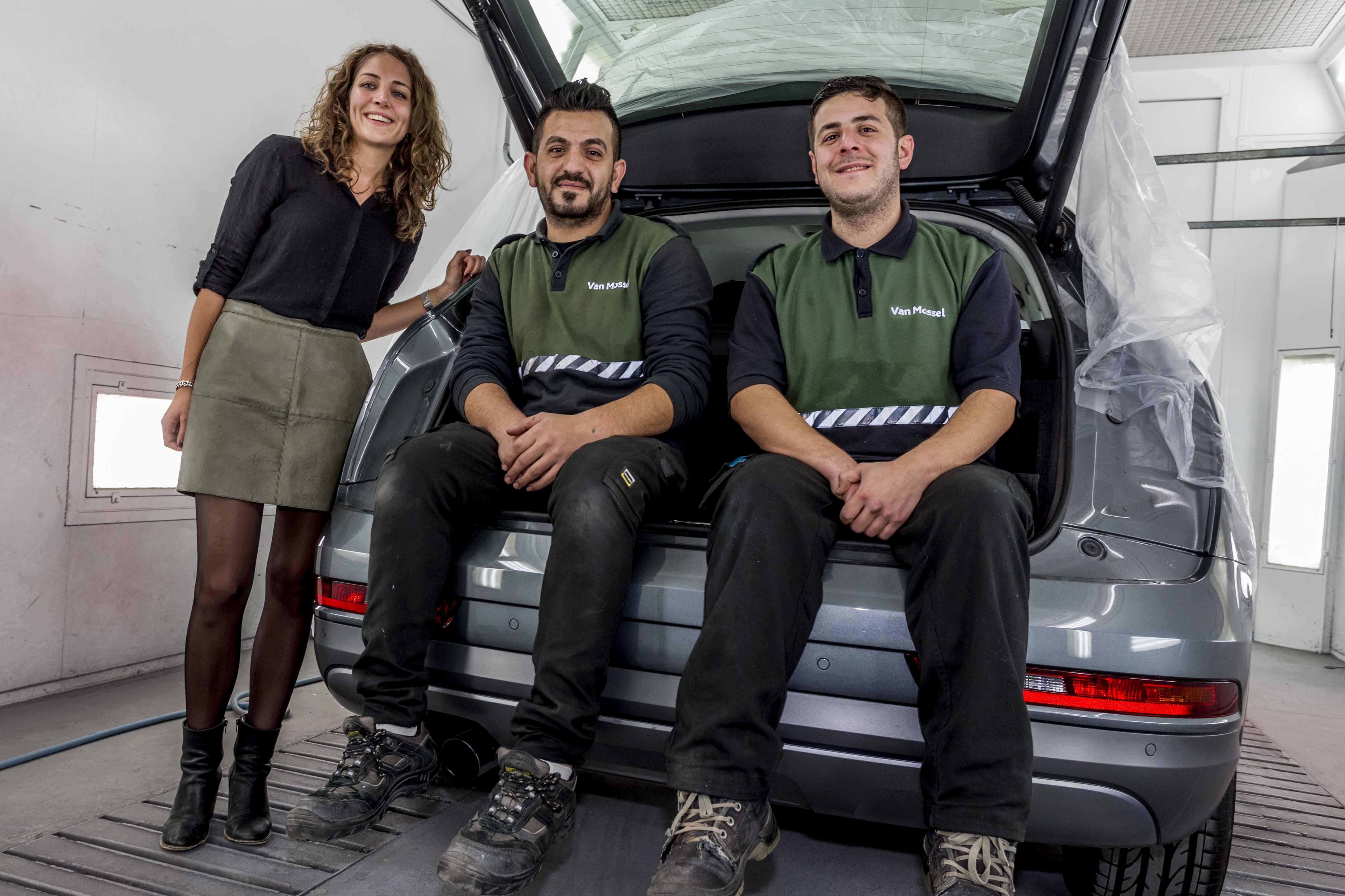 Daphne Franken van Van Mossel Autoschade op de foto met twee kersverse schadeherstellers Hasaan Ibrahem en Basheer Tahhan.